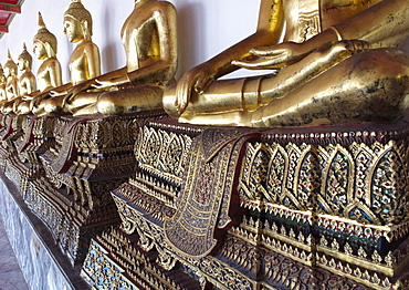 The outer cloister containing 400 Buddha images, Wat Phra Chetuphon (Wat Po), Bangkok, Thailand, Southeast Asia