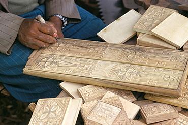 Sculptor working in wood, Axoum (Aksum) (Axum), Tigre region, Ethiopia, Africa