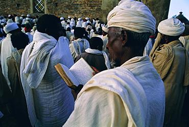 Christian pilgrims, Easter festival, Sainte Marie de Sion (St. Mary of Zion), Axoum (Axum) (Aksum), Tigre region, Ethiopia, Africa