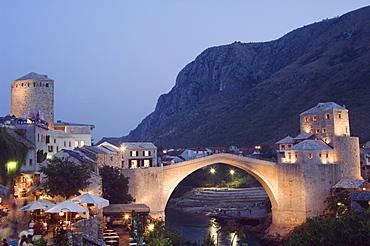 Stari Most Peace Bridge on Neretva River, evening, Mostar, Bosnia, Bosnia-Herzegovina, Europe