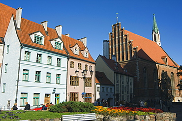 St. Johns Evangelical Lutheran church, pastel coloured buildings housing the Porcelain Museum and Museum of Decorative and Applied Arts, Old Town, UNESCO World Heritage Site, Riga, Latvia, Baltic States, Europe