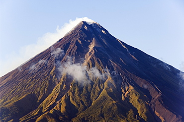 Mount Mayon, 2462 m, near-perfect volcano cone with plume of smoke, Bicol Province, southeast Luzon, Philippines, Southeast Asia, Asia