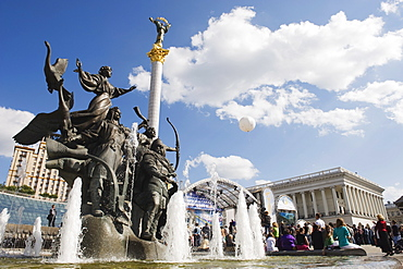 Statue of the brothers and sister who founded Kiev, Maidan Nezalezhnosti (Independence Square), Kiev, Ukraine, Europe