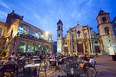 Outdoor dining, San Cristobal Cathedral, Plaza de la Catedral, Habana Vieja Old Town), UNESCO World Heritage Site, Havana, Cuba, West Indies, Caribbean, Central America