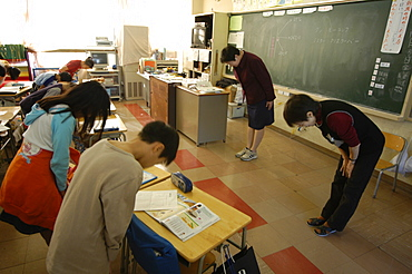 Students bowing to teacher in class, elementary school, Tokyo, Honshu, Japan, Asia