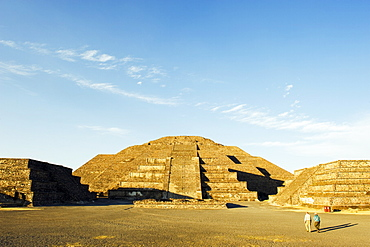 Tourists at the Pyramid of the Moon at Teotihuacan, UNESCO World Heritage Site, Valle de Mexico, Mexico, North America