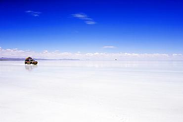 Four wheel drive (4WD) tour group on Salir de Uyuni, salt flats, Bolivia, South America