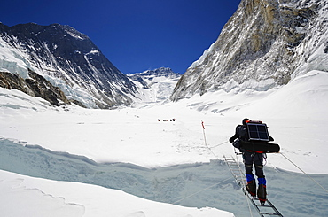 Climbers crossing crevasse and ladder on Mount Everest, Solu Khumbu Everest Region, Sagarmatha National Park, UNESCO World Heritage Site, Nepal, Himalayas, Asia