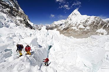 Climbers in the Khumbu icefall, Mount Everest, Solu Khumbu Everest Region, Sagarmatha National Park, UNESCO World Heritage Site, Nepal, Himalayas, Asia