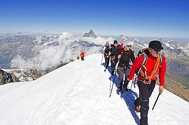 Climbers on Breithorn mountain, 4164m, Matterhorn in background, Zermatt, Valais, Swiss Alps, Switzerland, Europe