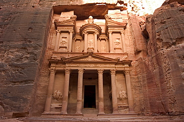 Morning light on the Treasury (Al-Khazneh), Petra, UNESCO World Heritage Site, Wadi Musa (Mousa), Jordan, Middle East