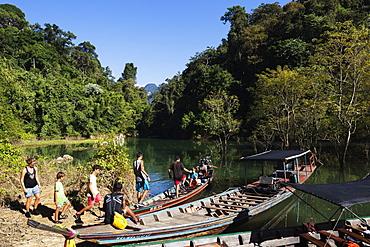 Tourists sightseeing, Ratchaprapa Reservoir, Khao Sok National Park, Surat Thani Province, Thailand, Southeast Asia, Asia