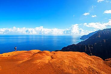 Hiker, Napali coast, Kokee State Park, Kauai Island, Hawaii, United States of America, North America