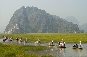Punting boats on delta river, limestone mountain scenery, Van Long, Ninh Binh, south of Hanoi, North Vietnam, Southeast Asia, Asia