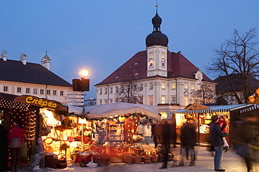 Christmas Market (Christkindlmarkt) stalls and Town Hall, Kapellplatz, at twilight, Altotting, Bavaria (Bayern), Germany, Europe