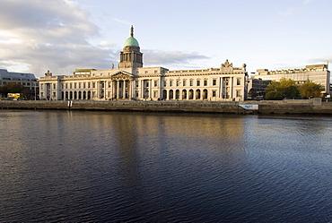 Custom House Quay on the Liffey River, Dublin, Republic of Ireland, Europe