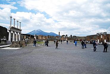 The forum of Pompeii with Mount Vesuvius in the background, Pompeii, UNESCO World Heritage Site, Campania, Italy, Europe