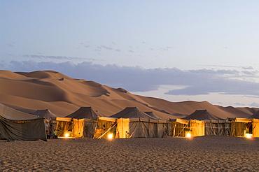 Tourist camp, Erg Awbari, Sahara desert, Fezzan, Libya, North Africa, Africa