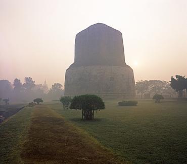 Dhamekh stupa, Buddhist pilgrimage site, Sarnath, near Varanasi, Uttar Pradesh state, India, Asia