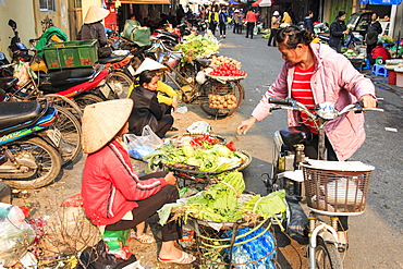 Womand selling fruits and vegetables in a street market of Hoàn Kiếm, the old quarter of Hanoi, Hanoi, Vietnam, Indochina, Southeast Asia, Asia