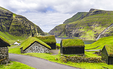 Kings Farm  (duvugardar) in  the valley of Saksun, one of the main attractions of the Faroe Islands. The island Streymoy, one of the two large islands of the Faroe Islands  in the North Atlantic.  Europe, Northern Europe, Denmark, Faroe Islands