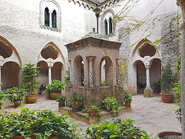 Villa Cimbrone, cloister, a graceful little courtyard in an Arabian – Sicilian – Norman style, Ravello, Amalfitan Coast, Campania, Italy.