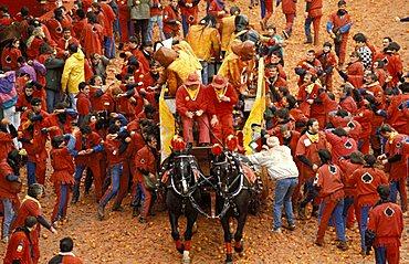 """""""Asso di Picche"""" squad assails the wagon, Traditional carnival, Ivrea, Piemonte, Italy"""