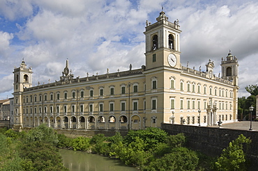 The 18th century Ducal Palace (Palazzo Ducale) (Reggia di Colorno), the serpentine design in the long wall is clearly seen, Colorno, Emilia-Romagna, Italy, Europe