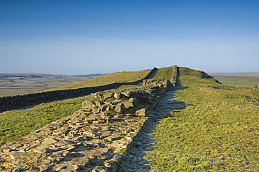 The width of the wall clearly seen looking west at Cawfields, Hadrians Wall, UNESCO World Heritage Site, Northumberland National Park, Northumbria, England, United Kingdom, Europe