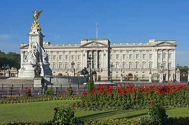 Buckingham Palace and the Queen Victoria Monument, London, England, United Kingdom, Europe