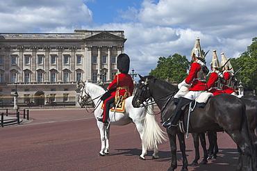 Guards Officer and escort awaiting Guards detachments outside Buckingham Palace, London, England, United Kingdom, Europe