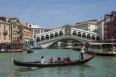 Rialto Bridge and gondola on the Grand Canal, Venice, UNESCO World Heritage Site, Veneto, Italy, Europe