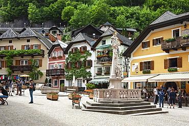 The 16th century Hallstatt, the Town Square, on shore of Lake Hallstattersee, Hallstatt, UNESCO World Heritage Site, Salzkammergut region of Austria, Europe
