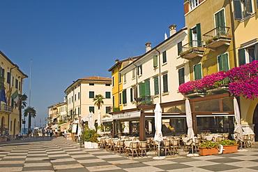 The main square towards the harbour, Lazise, Lake Garda, Veneto, Italy, Europe