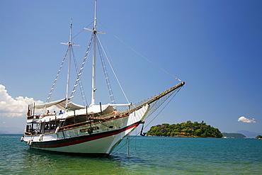 Schooner cruising between the different beaches and islands around Paraty (Parati), Rio de Janeiro State, Brazil, South America