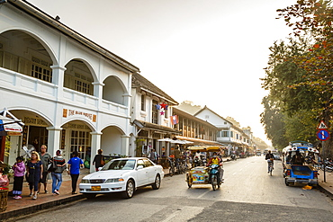 Shops and restaurants on the main street, Sisavangvong Road, Luang Prabang, Laos, Indochina, Southeast Asia, Asia