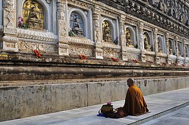 Monk, Mahabodhi Temple, UNESCO World Heritage Site, Bodh Gaya (Bodhgaya), Gaya District, Bihar, India, Asia