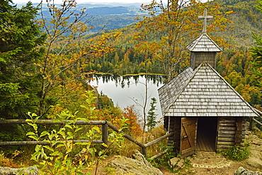 Rachelsee (Rachel Lake) and Rachelkapelle (chapel), Grosser Rachel, Bavarian Forest National Park, Bavarian Forest, Bavaria, Germany, Europe