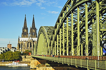 Cologne Cathedral, UNESCO World Heritage Site, Hohenzollern Bridge and River Rhine, Cologne, North Rhine-Westphalia, Germany, Europe
