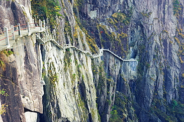 Footpath along rock face, White Cloud scenic area, Huang Shan (Yellow Mountain), UNESCO World Heritage Site, Anhui Province, China, Asia