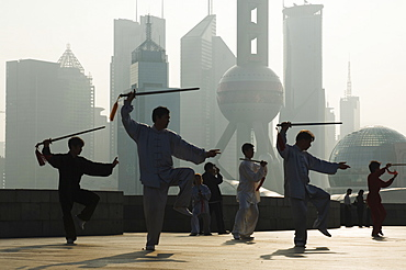 Morning exercise against the background of Lujiazui Finance and Trade zone, with Oriental Pearl Tower, Shanghai, China, Asia