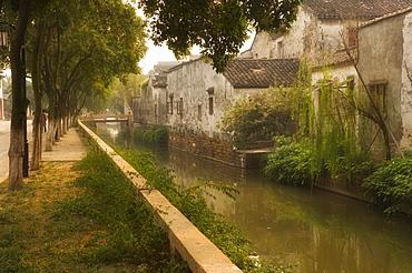 Canal and houses, Souzhou (Suzhou), China, Asia