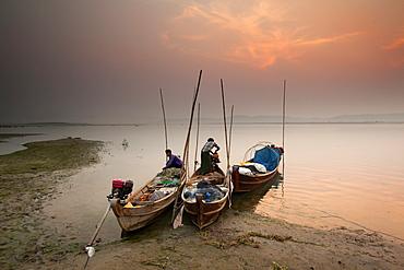 Fisherman prepare to set out, Irrawaddy River, Myanmar (Burma), Asia