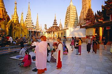 Buddhist worshippers at the Shwedagon Paya (Shwe Dagon pagoda), Yangon (Rangoon), Myanmar (Burma), Asia