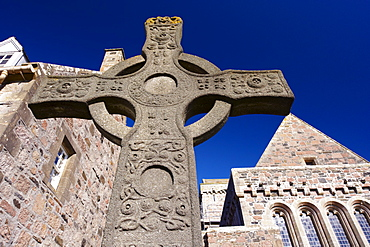 Replica of St. John's cross stands proudly in front of Iona Abbey, Isle of Iona, Innere Hebrides, Scotland, United Kingdom, Europe