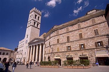 Piazza del Comune (Foro Romano) and Tiempo di Minerva, Assisi, Umbria, Italy, Europe