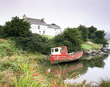 Red boat and house, Ballycrovane, Beara Peninsula, County Cork, Munster, Republic of Ireland (Eire), Europe