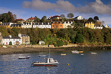 Multicoloured houses, Portree harbour, Isle of Skye, Inner Hebrides, Scotland, United Kingdom, Europe