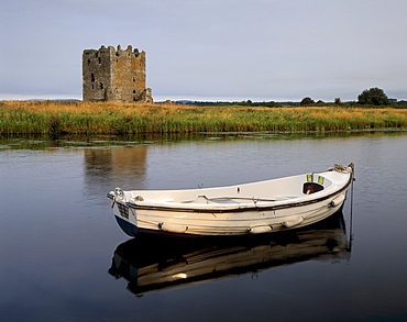 Threave Castle, fortress of the Douglas family dating from the 14th century, on an island of the Dee river, near Castle Douglas, Dumfries and Galloway, Scotland, United Kingdom, Europe