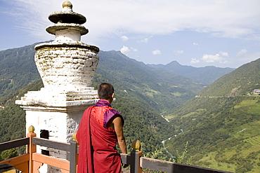 Buddhist monk looking over the Valley of the Puna Tsang River, Trongsa Dzong, Trongsa, Bhutan, Himalayas, Asia